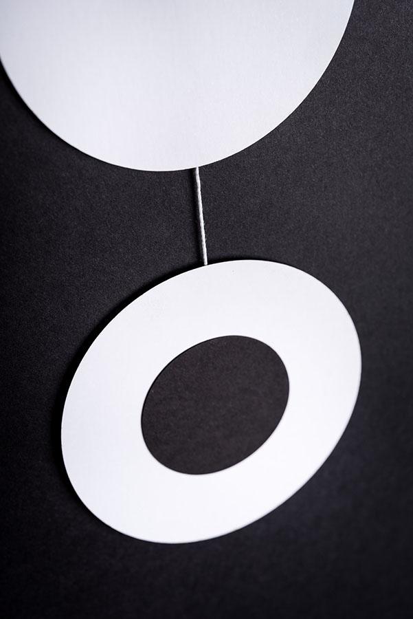 montessori závěsná dekorace (mobil) - Kolečka black/white 1